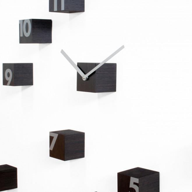 """Orologio da parete componibile con cubi di legno """"Wengè"""""""