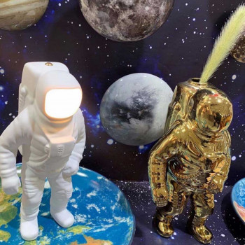 "Seletti Lampada da tavolo LED in resina dal design ultramoderno ""Flashing Starman""  Bianco Lumen 300 3000k Luce Calda  10939"